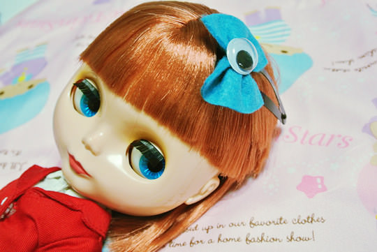 The bow as seen on my model, Blythe.